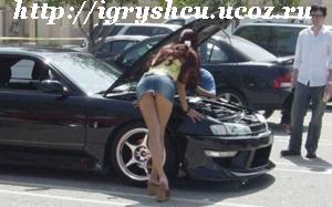 девушка наблюдает за ремонтом авто