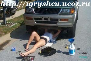 девушка ремонтирует автомобиль